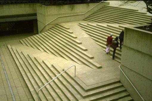 車椅子も登れる階段